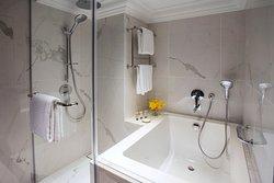 Grand Deluxe Room   Bathroom