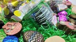Speciale Pasqua, Uova Gourmet e Cioccolatini di vari gusti (in primo piano, una delle uova decorate con gusti alla frutta)