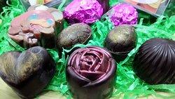 Speciale Pasqua, Uova Gourmet e Cioccolatini di vari gusti (in primo piano, cioccolatino fondente allo sciroppo di rosa)