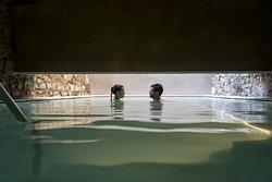 En nuestro centro termal disfrutarás de una escapada de relax donde podrás desconectar durante 2 horas de las siete piscinas de auténtica agua termal que te transportarán a la época romana.