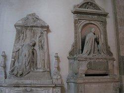 Pietetiske skulpturer, noget fra gamle altre måske