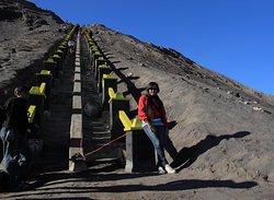 250 anak tangga menuju puncak Gunung Bromo.