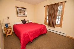 Cozy Queen Room at Skyport Lodge
