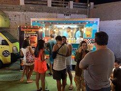 Atendemos con las mejores Hamburguesas Artesanales en @lacurvafoodtruck de Punta Hermosa