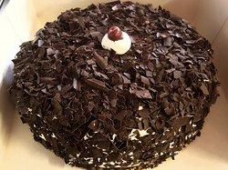 A ver si conoces este pastel. No se trata de una selva negra...Se llama Merveilleux (Maravilla), de origen belga y está hecho con merengue, nata montada y virutas de chocolate. Muy simple y muy ligero como una caricia 😇