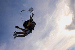 Venez découvrir le saut en parachute grâce au baptême de chute libre. Contact au 06 10 45 89 80
