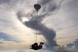 Le saut en tandem en région PACA, le moyen le plus accessible pour découvrir la chute libre ! Contact au 06 10 45 89 80