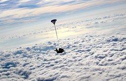 Vue imprenable sur le littoral de la cote d'Azur avec le saut en tandem Newton Parachutisme. Contact au 06 10 45 89 80