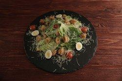Цезарь с креветками отличается размером порции икреветками