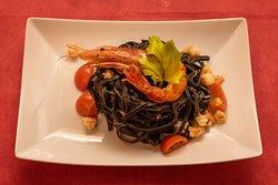 Tagliolino al nero di seppia con gamberi,pomodorini,porro - Casaveccha