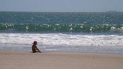 Criança brincando na beirada. As ondas são bem tranquilas.