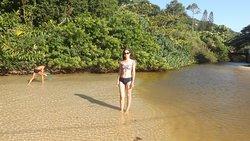 Lagoinha que fica no canto direito da praia.