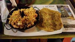 este es el arroz marinara,con mejillones,camarones,calamari,pescado ,, conn buena sazon y algo mas.viene con patacon