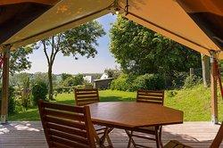 Lodge toilé 4 ou 5 personnes: terrasse couverte avec vue