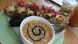 Petit creux...belle tartine accompagnée de sa soupe. ...délicieux. ...préparé par Dinam...avec un ingrédient universel l'amour me dit-il😉