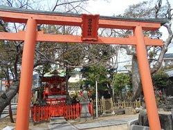 住宅街の中にある小規模な神社で、鳥居の向こうはすぐに本殿です