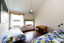 Twinrom med to enkle senger, eget bad og hems
