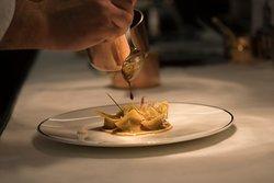 Cappelli ripieni di genovese di pollo, fonduta di Parmigiano Reggiano e chips di verdure