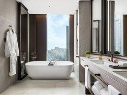 The St. Regis Hong Kong - St, Regis Suite and Metropolitan Suite Bathroom