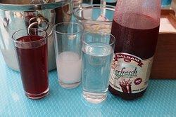 Le traditionnel RAKI servi avec le soguk iciniz une sorte de jus de betterave à l'ail et à la farine de boulgour...RESTAURANT ONKEL ANTALYA