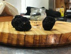Aquí tenemos las trufas que ponemos en nuestro foie micuit casero...cortadas finalmente a mano