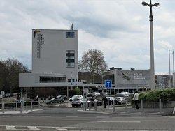 Le Palais des Congrès à côté de l'Hôtel Van der Valk
