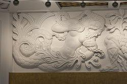 Intérieur du Centre d'Art Contemporain Le Comoedia à Brest (Bretagne) : Sculpture murale au plafond de Jean-René Debarre (1907-1968)