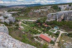 Расположение у подножия пещерного города Эски-Кермен. Номера в горах окутают вас атмосферой уюта
