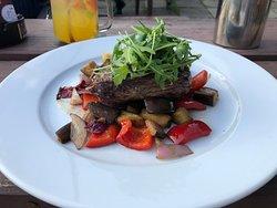 Steak z hovězího pupku s grilovanou zeleninou