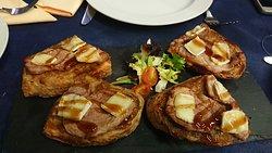 tosta de cebolla caramerizada con carne y brie