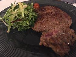 très bon steak accompagné à côté d'une délicieuse sauce (celle au roquefort est à tomber) et d'une poélée de légumes de saison vraiment top