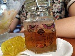 Detalle del frasco con miel.