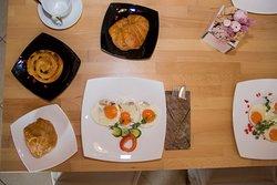 Így néz ki egy tökéletes reggeli a Nádasdi Reggelizőben. Kakaós csiga, croissant, tükörtojás. Kell ennél több?