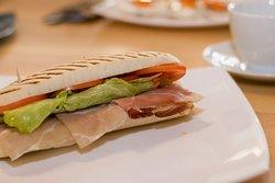 Van akinek a reggeliről a sonkás szendvics jut az eszébe. A Szekszárdi Nádasdi Reggelizőben ő is megtalálja számításait.