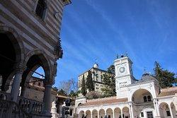 Im Hintergrund: Das Castello