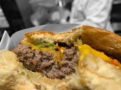 Hamburger di carne fresca e verdure di stagione.