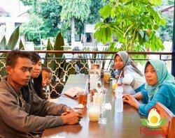 Lokasi outdoor seating juga tersedia di Ayam Goreng Kemangi