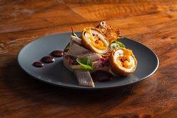 Szuba - śledź marynowany w zalewie korzennej, marchewka, ziemniak, chrzan, majonez, jajko w panierce, burak, pieczywo - 18 zł