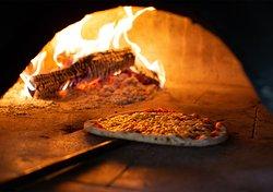 Feine Pizzas aus dem Holzofen
