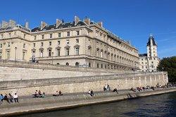 Набережные в Париже есть широкие