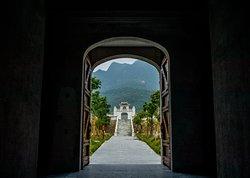 Gate to Ngoan Nguyet Lake
