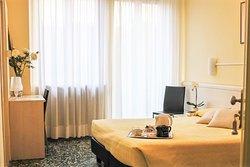Camera matrimoniale Deluxe con possibilità del terzo letto e bagno privato Double room Deluxe with possibility of an extra single bed with private bathroom