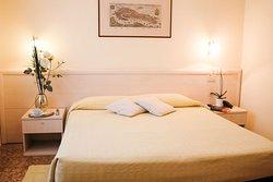 Camera matrimoniale con bagno privato Double room with private bathroom
