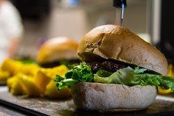 Hamburger Schiphol: Carne di Manzo 125g, Fontina, Guanciale e Gentilina