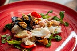 Sardina Pasta Bar - Insalata di mare crudi e cotti con lime e pepe rosa