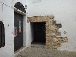 Castillo de Vejer de la Frontera (Cádiz). Monumento Nacional en 1931. Siglo iX-X. Visitable. Acceso gratuito. Privado en parte. Patio y residencia particular.