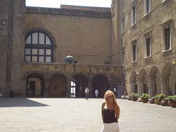 en la plaza interior del castillo