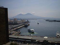 vista del Puerto y el Monte Vesubio, desde la terraza del castillo