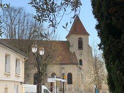 Église Saint-Éloi de Roissy-en-France vue depuis la Fontaine Coquille Saint-Jacques-de-Compostelle