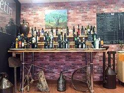 Hasta 100 aceites de oliva virgen extra de distintas variedades, comunidades autonomas e incluso paises distintos...un verdadero museo del aceite